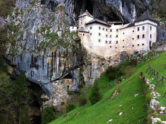 Удивительный Предъямский замок в пещере в Словении