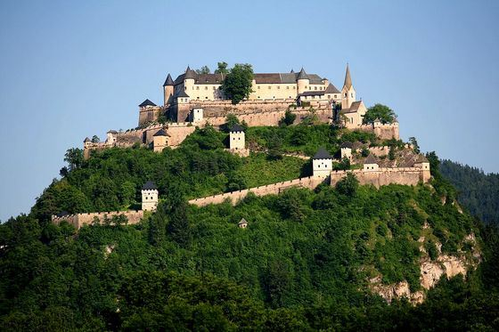 Древнейший замок Гохостервитц больше тысячи лет украшает зеленый холм