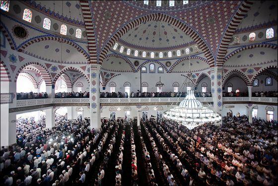 Самая большая мечеть в России вмещает до 15 тыс. человек