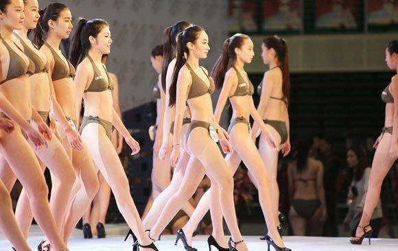 Китайские выпускницы отправились на конкурс красоты, чтобы стать стюардессами