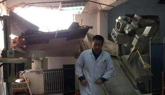 В Китае бульдозер снес часть работающей больницы и морга