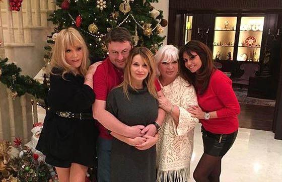 Алла Пугачева с друзьями отмечает Рождество