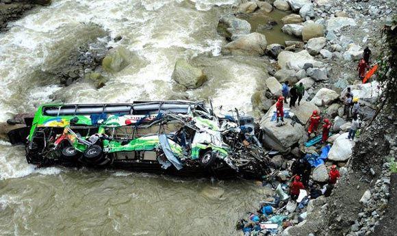 Автобус с футболистами и болельщиками упал в реку в Мексике