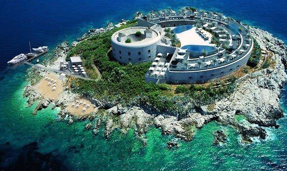Концлагерь на черногорском острове превратят в курорт