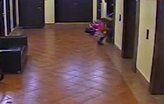 Девочку зажало лифтом