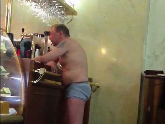 Сукачев появился перед барной стойкой в одних трусах и потребовал водки