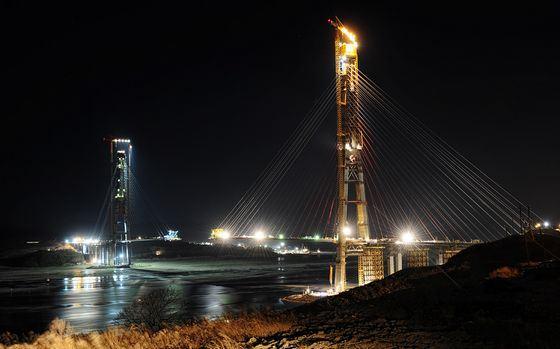 Мост на остров Русский ночью