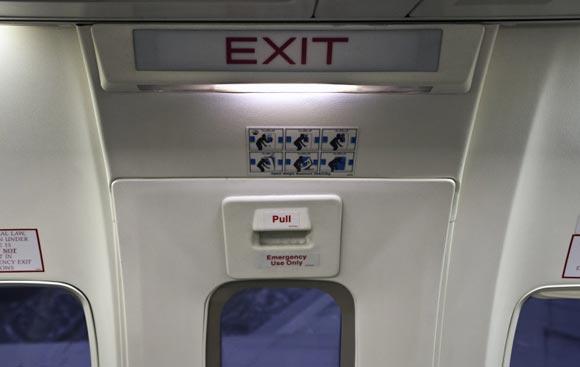 Турист из ФРГ открыл аварийный выход в самолете ради шутки