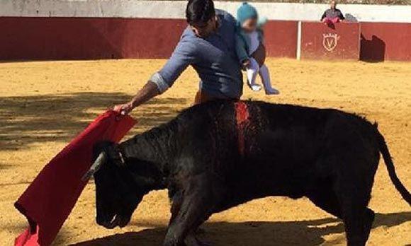 Укрощавшего быка матадора с младенцем на руках подвергли критике