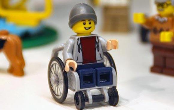 В Lego решили выпустить фигурку мальчика в инвалидной коляске