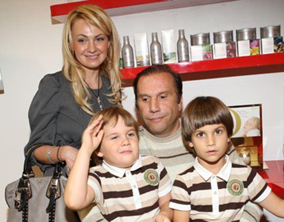 Яна Рудковская с мужем и сыновьями