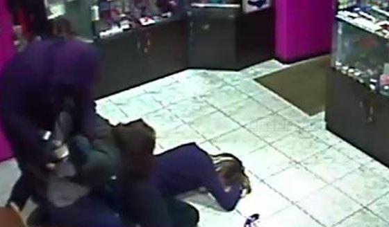 Преступник связывает покупательницу