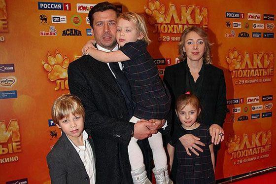 Андрей с женой и детьми