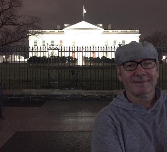 Кевин Спейси сделал селфи на фоне Белого дома