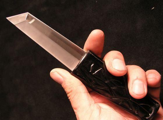 Сапфировый нож не уступает по остроте металлу