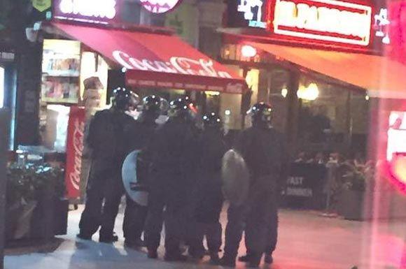Полицейские у ресторана, в котором мужчина взял в заложники женщину
