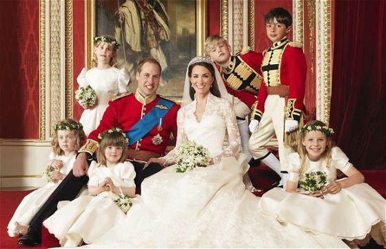 Принц и принцесса в окружении свадебной свиты