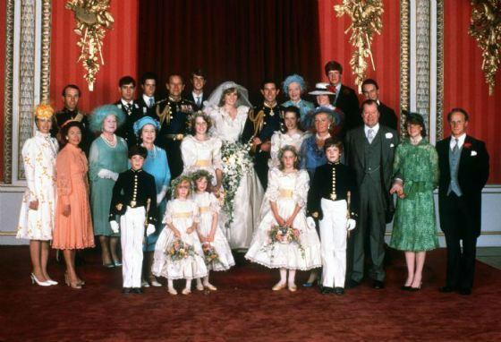 Диана и Чарльз в окружении членов королевской семьи
