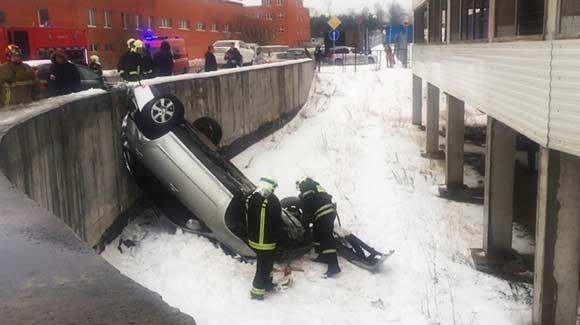 Машина рухнула с пятого этажа парковки в Строгино