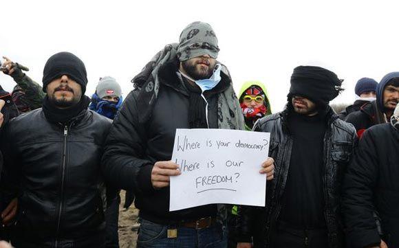 Беженцы из Ирана зашили рты в знак протеста против сноса лагеря в Кале