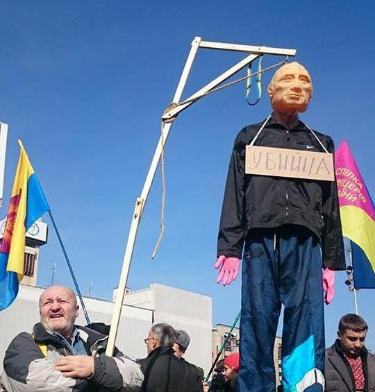 В Киеве закидали яйцами российское посольство