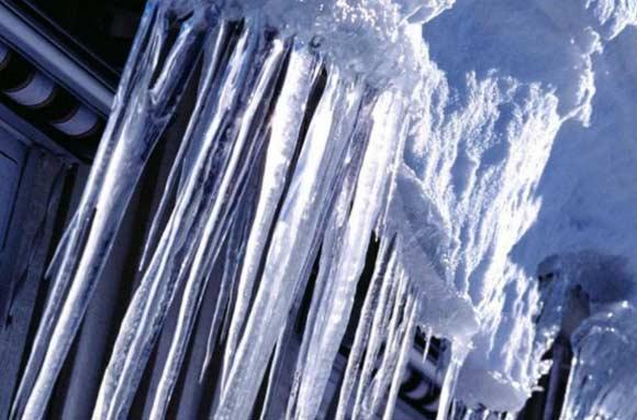 Ледяная глыба сорвалась с крыши на двух детей в Бугуруслане