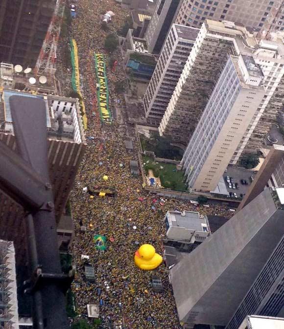 Бразильцы требуют отставки Дилмы Руссеф из-за коррупции и рецессии