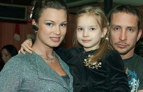 Данко с женой и дочкой