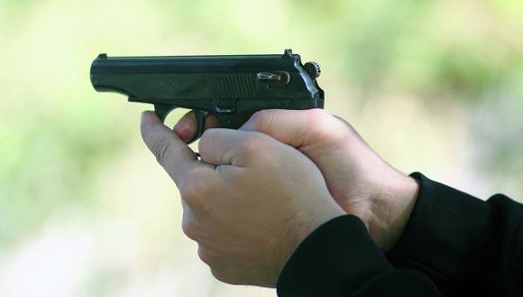 Тренер по карате пустил в ход пистолет в драке с тренером по самбо