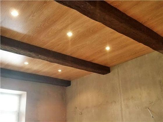 При желании ламинатом можно декорировать и потолок