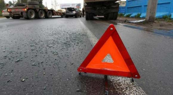 Грузовик с яхтой перевернулся на дороге в Подмосковье