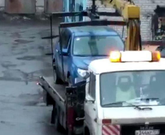 Валерий привез на эвакуаторе свою помятую машину