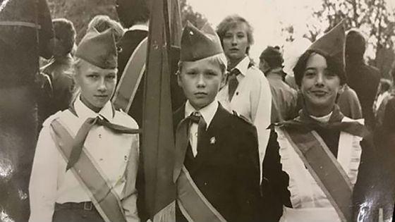 Жанна Фриске в школьной форме (справа)
