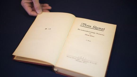 В США с молотка пустили принадлежавший Гитлеру экземпляр «Майн Кампф»