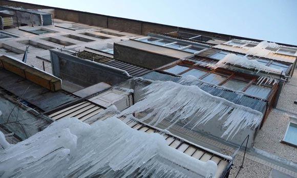 Двухлетний ребенок пострадал от падения льда в Ангарске