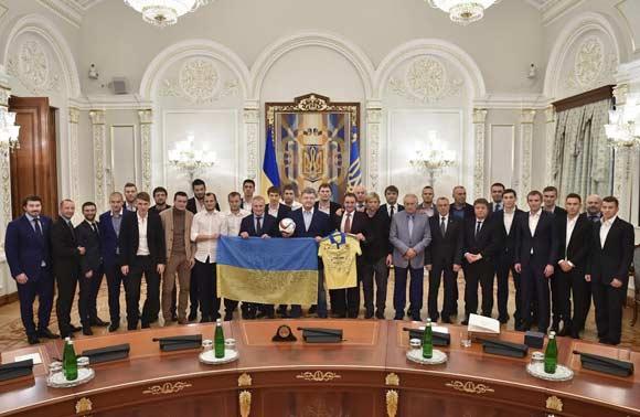 Футболисты сборной Украины получили именное оружие за выход в финал чемпионата Европы