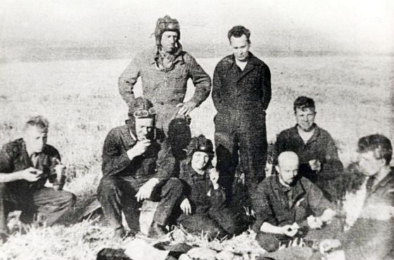 Изобретатель Т-34 Михаил Кошкин (стоит справа) на полигоне, 1938 год