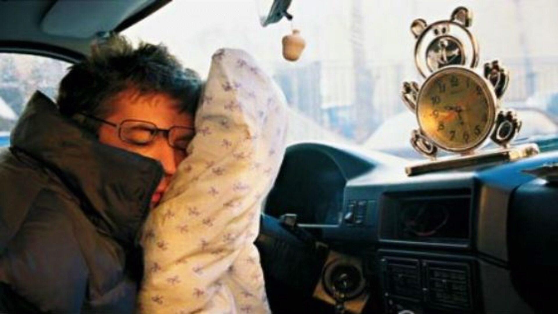 Если за рулем сильно тянет в сон,  лучше остановиться и поспать