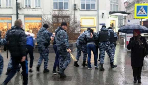ОМОН задерживает активистов «СтопХам»