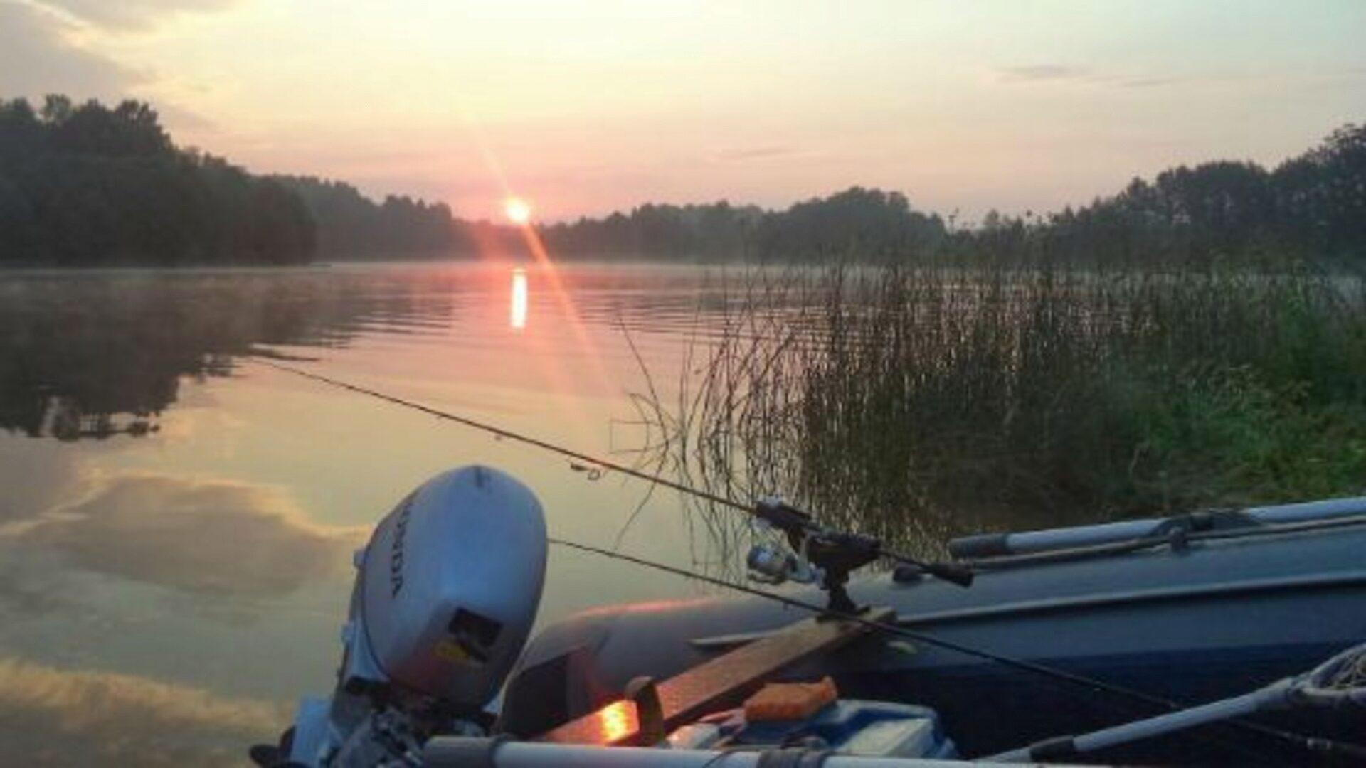 Спиннингом удобно ловить с лодки