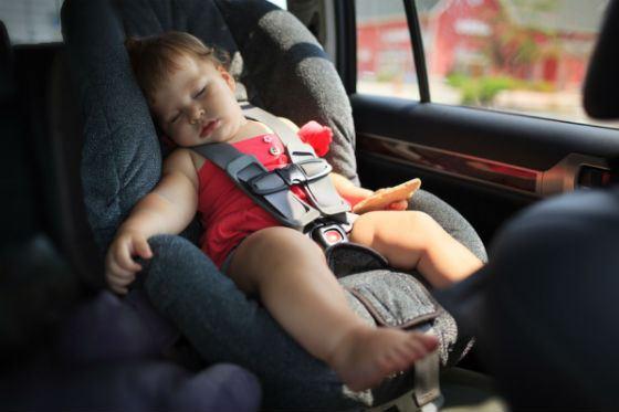Даже если ваш ребенок заснул, не оставляйте его одного в машине