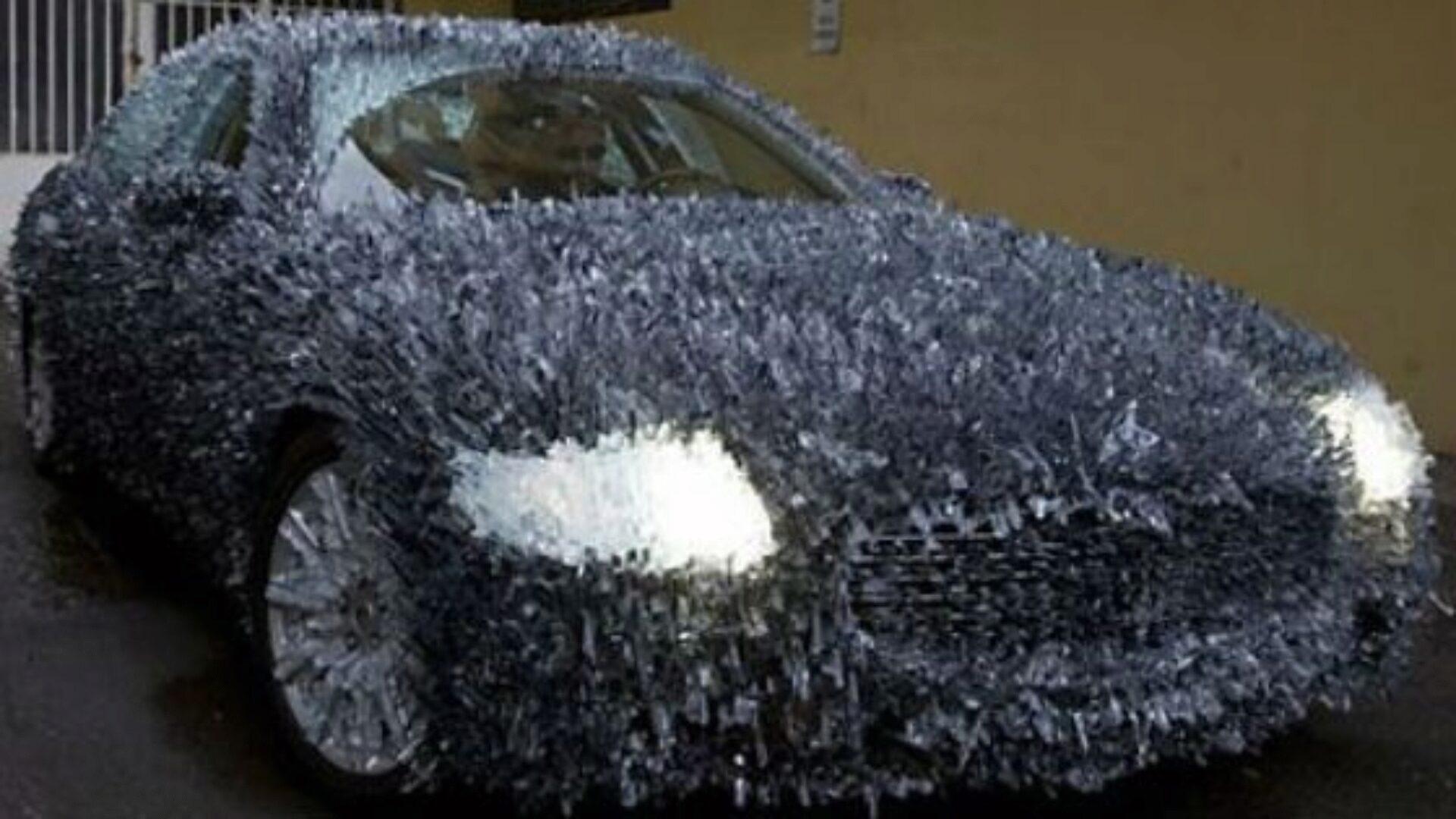 Замерзшая машина полна сюрпризов
