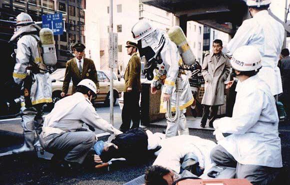 Члены запрещенной секты «Аум Синрике» совершили теракт в токийском метро в 1995 году
