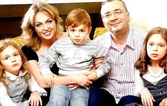 Константин Меладзе и Яна Сумм с детьми