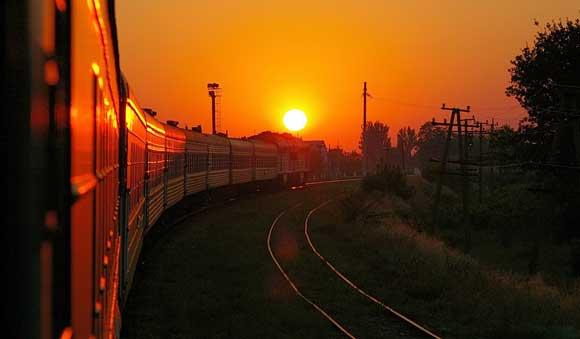 Проводника поезда Санкт-Петербург – Новосибирск сбросили на рельсы на ходу