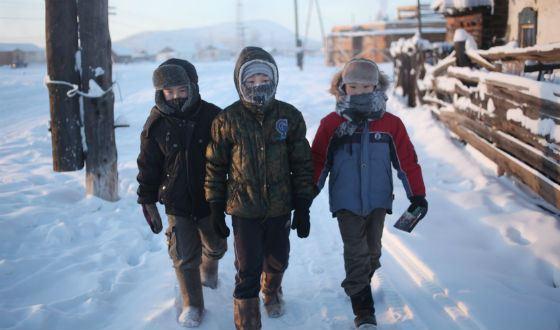 Оймяконские школьники идут на занятия