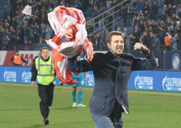 Фанат «Зенита» пробежал по полю стадиона «Петровский» с баннером «Спартака»