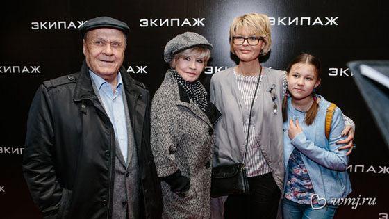 Вера Алентова с семьей на премьере