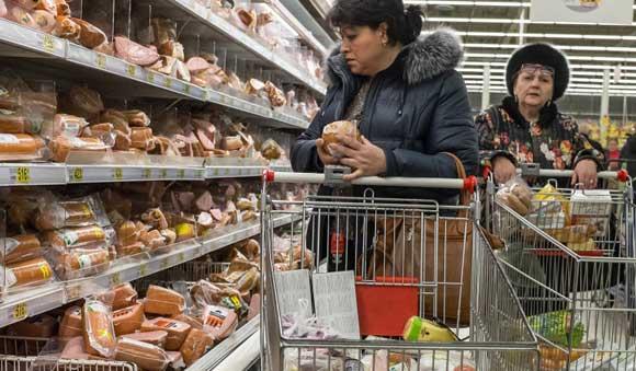 Россияне начали тратить на еду более 50 процентов доходов