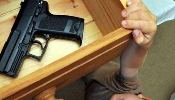 В Ленобласти ребенок прострелил себе шею из пистолета отца